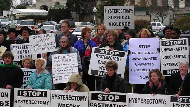 גם זו זכות על גופן. נשים בארגון HERS מפגינות נגד כריתת רחם ()