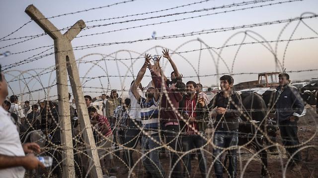 Kurdish refugees at Turkey-Syria border (Photo: AFP)