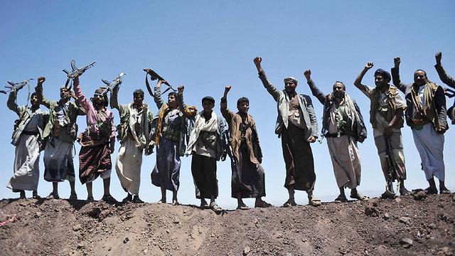 רשמו ניצחונות נגד יריביהם האיסלאמיסטים. מורדים שיעים שכבשו בסיס שריון בצנעא (צילום: AP) (צילום: AP)