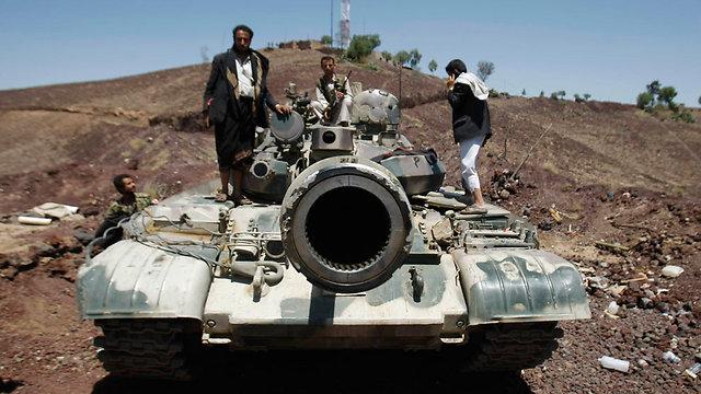 כבשו מתקנים אסטרטגיים ואז מסרו אותם ליד המשטרה הצבאית. מורדים שיעים (צילום: AP) (צילום: AP)