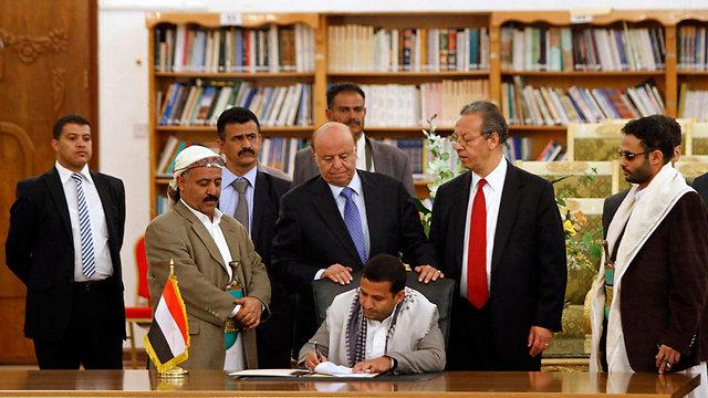 מעמד החתימה על הסכם הפסקת האש בהשתתפות הנשיא עבד ראבו מנסור חאדי (עומד במרכז) (צילום: רויטרס) (צילום: רויטרס)