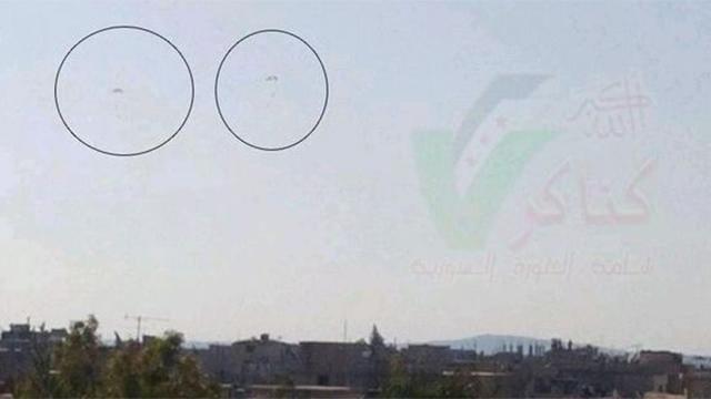 הטייסים הסורים נוטשים את המטוס. צילום שהעלו לרשת גורמי אופוזיציה בסוריה ()