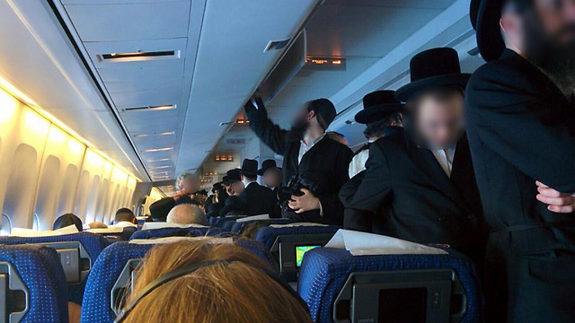 Haredi crowd aisle after refusing to sit next to women on flight (Photo: Amit Ben Natan)