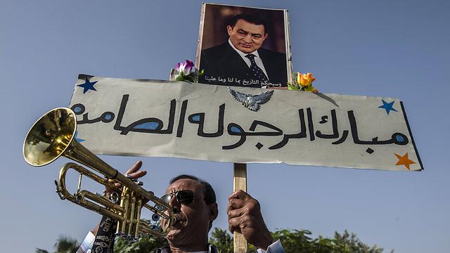 המפגינים חיכו בחוץ. יחזרוב שוב בעוד חודש (צילום: AFP) (צילום: AFP)