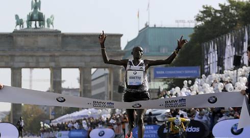 יש שיא עולם! קימוטו חוצה את קו הסיום (צילום: רויטרס) (צילום: רויטרס)
