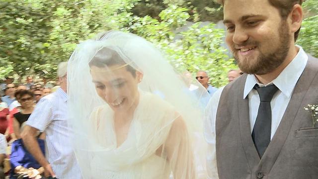 ההכנות לחתונה נעשו תוך כדי טיפולים. סיון ורונן לפני החופה (צילום: מתוך הסרט)