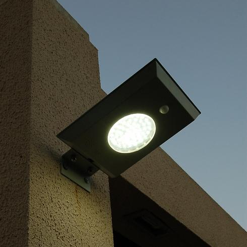 מתקן התאורה הסולארית של חברת פשוט ירוק (צילום: שמעון חמו)