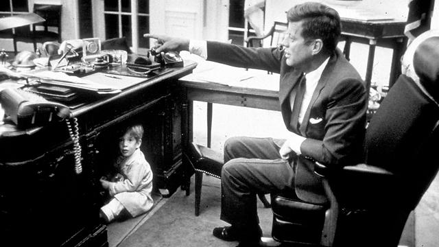 ג'ון קנדי ובנו ג'ון בבית הלבן (צילום: גטי אימג'בנק)