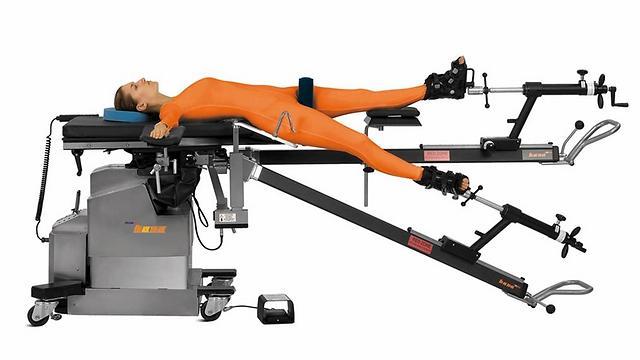 הרגליים נעות ומתאפשרת גישה נוחה לירך. שולחן הניתוחים