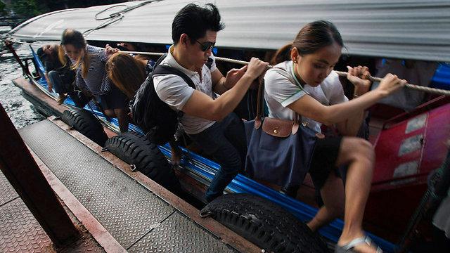 אין מקום לרגליים על הסירה בבנגקוק (צילום: AP) (צילום: AP)