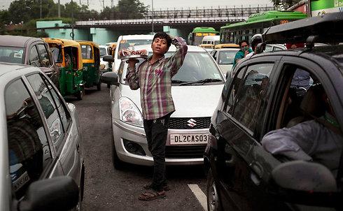 בזמן שעומדים בפקקים בהודו, אפשר להצטייד במתנה (צילום: AP) (צילום: AP)
