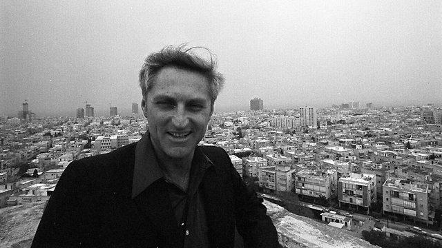להט ברקע קו הרקיע של תל אביב  (צילום: דוד רובינגר) (צילום: דוד רובינגר)