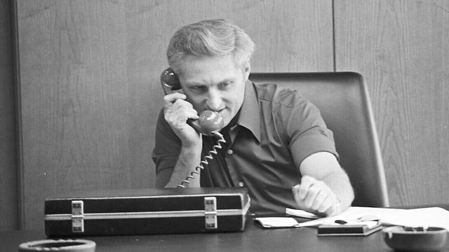 להט בלשכתו, 1974 (צילום: דוד רובינגר) (צילום: דוד רובינגר)