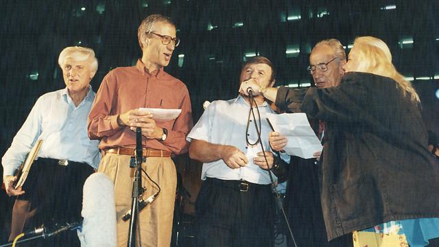 """להט (משמאל) ב""""עצרת השלום"""", דקות לפני רצח רבין. עוד בתמונה: מירי אלוני, שמעון פרס, שבח וייס ויורם לס (צילום: מיכאל קרמר) (צילום: מיכאל קרמר)"""