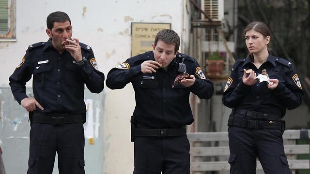 """הלו שוטר, תזיז את הניידת. מתוך """"מנפאואר"""" ()"""