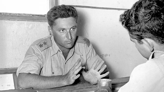 """סגן אלוף להט ב-1955 (צילום: ורד אברהם, באדיבות ארכיון צה""""ל במשרד הביטחון) (צילום: ורד אברהם, באדיבות ארכיון צה"""