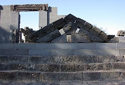היוצרים - אמני סיתות בזלת ממדרגה ראשונה (צילום: יעל אלף, רשות העתיקות  ) (צילום: יעל אלף, רשות העתיקות  )
