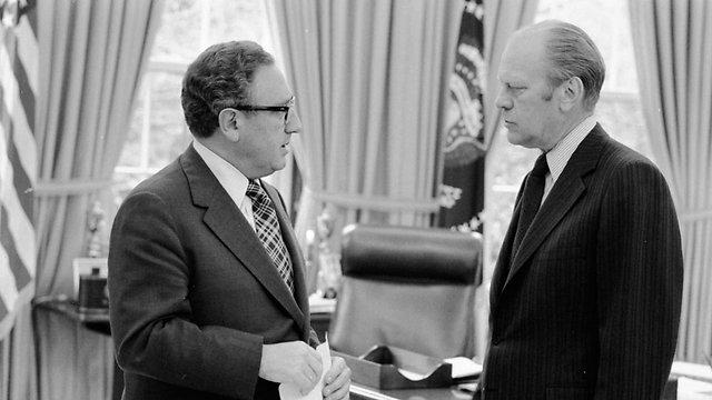 1975: הנשיא האמריקני פורד לצדו של מזכיר המדינה קיסינג'ר (צילום: AP) (צילום: AP)