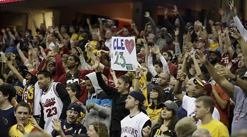 """טירוף בקוויקנס לואון ארנה. בלאט: """"17 אלף אוהדים במשחק אימון? מדהים"""" (צילום: AP ) (צילום: AP )"""