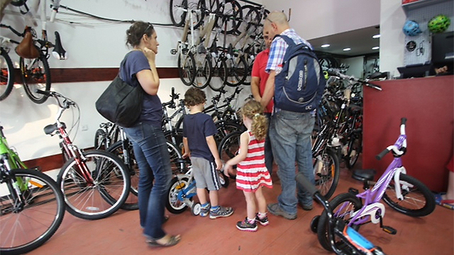 Parents buy their children bicycles for Yom Kippur (Photo: Motti Kimchi)