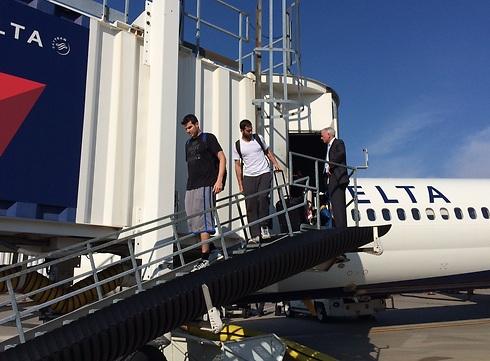 """אוחיון ופניני בירידה מהמטוס (צילום: מכבי ת""""א) (צילום: מכבי ת"""