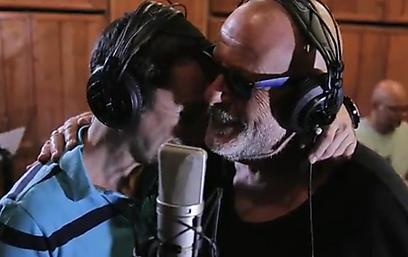"""אריק סיני: """"השיר, והאיש עמירן, באמונתו הלא מוקצנת ואמונתי הגדולה בהשם, על אף שאני לא איש דתי – הביאו אותי לבצע את השיר הזה. באולפן הייתה אווירה נפלאה של יצירה. וכן, אשא עיניי אל ההרים, מאין יבוא עזרי"""""""