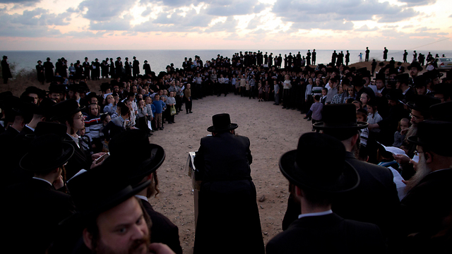 Haredi man practice Yom Kippur Tashlikh prayer in Herzliya (Photo: AP)