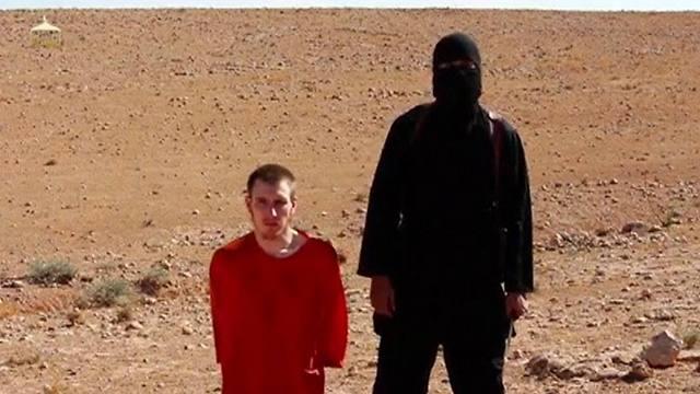 קסיג מוצג בסרטון לאחר עריפת ראשו של הנינג (צילום: AP) (צילום: AP)