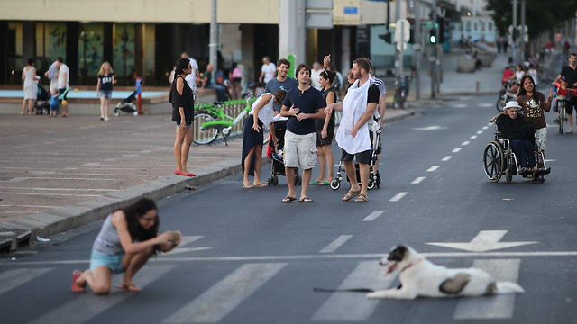 A photo op amid the cyclists and pedestrians in Tel Aviv (Photo: Motti Kimchi)