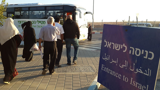 Palestinians boarding a bus to Israel (Photo: Roee Idan)