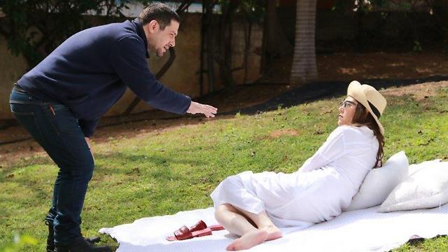"""תאופיק אבו ואיל מתדרך את קן מור בסרט הקצר """"אהבה על פי דרישה"""" ()"""