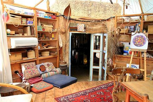 הבית באמירים. בני המשפחה מתגוררים באוהל ענק בעונת הקיץ (צילום: מנחה נופה) (צילום: מנחה נופה)