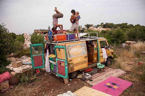 """המשפחה משתעשעת ב""""מרפסת"""" (צילום: אבישג שאר-ישוב) (צילום: אבישג שאר-ישוב)"""