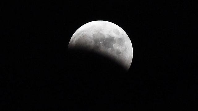 Частичное затмение Луны в Японии. Фото: AFP