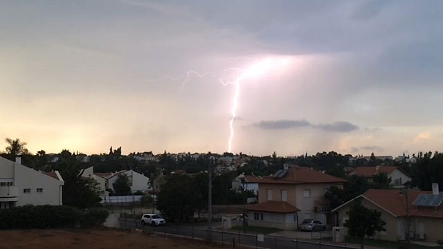 Thunderstorm shakes central Israel