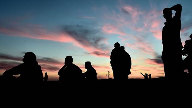 Kurds on the outskirts of Kobani (Photo: AFP)