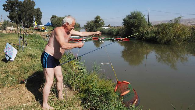 Fishing at the Jordan River (Photo: Avihu Shapira)