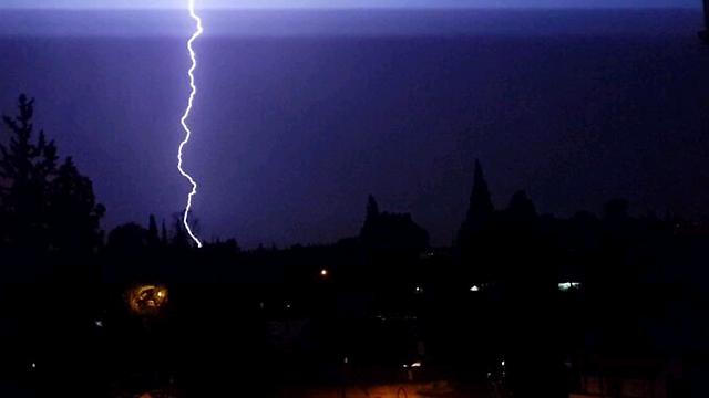 Single lightning bolt above Yehud (Photo: Amit Saadon) (Photo: Amit Saadon)