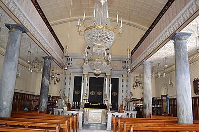 """חצר בית הכנסת הזה מארחת את מרבית אירועי הקהילה. מבט מבפנים ומבחוץ על """"נפוצות יהודה"""" (צילום: אילת שי) (צילום: אילת שי)"""