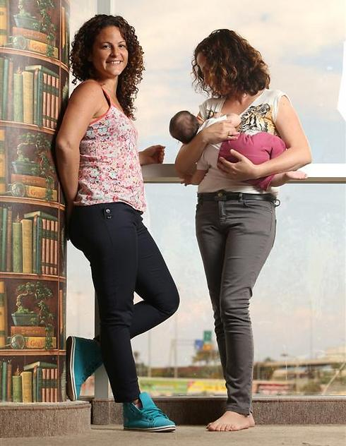 """נטלי (משמאל) ולילך, עם מיקה התינוקת. """"לא הייתה אפשרות אחרת"""" (צילום: אלעד גרשגורן)"""