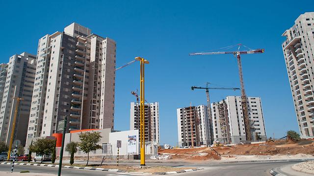 """בנייה רוויה בגני תקווה. """"יש תשלום הולם להפרת הסטטוס-קוו שבהקמת המגדלים"""" (צילום: בני דויטש)"""