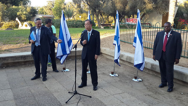 Ban addressing the press at Kibbutz Nirim (Photo: Roi Idan)