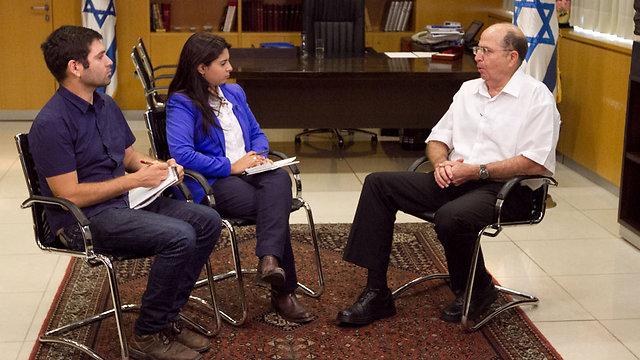 יעלון בראיון עם כתבי ynet מורן אזולאי ויואב זיתון (צילום: עידו ארז) (צילום: עידו ארז)