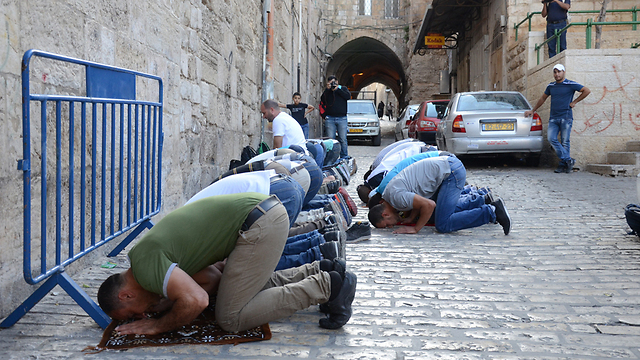 Muslims pray at the entrance to the Temple Mount after they were denied access earlier this week (Photo: Mohammed Shinawi) (Photo: Mohammed Shinawi)