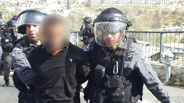Police arrest Palestinian rioter on Temple Nount (Photo: Mohammed Shinawi)