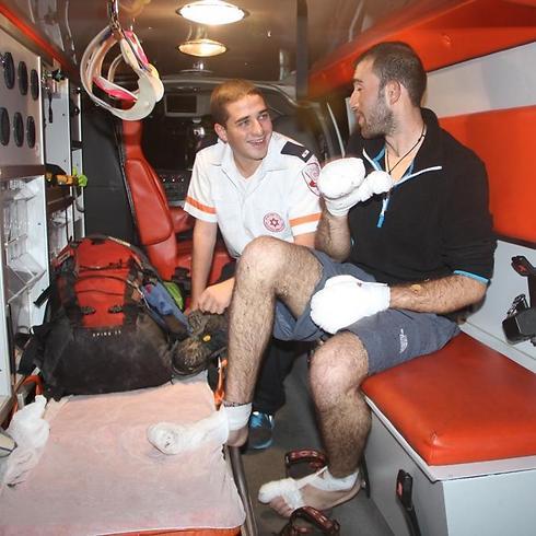 """הגפה הפגועה מורמת ונחבשת. פצועי המפולת שבים לארץ (צילום: דוברות מד""""א) (צילום: דוברות מד"""