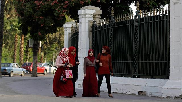 מתמקדים בשינון ולא בלמידה אמיתית. סטוודנטיות מצריות באוניברסיטת קהיר (צילום: AP) (צילום: AP)