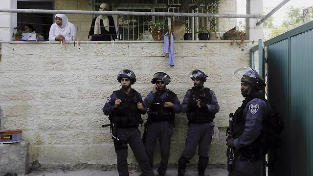 Israeli police guard the entrance to house in Silwan that Jewish settlers moved into (Photo: AP)