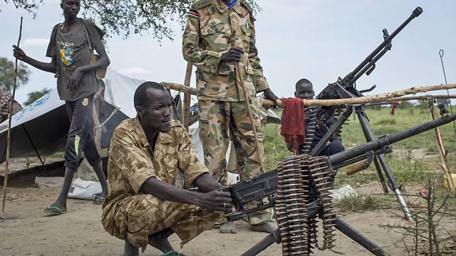 החמושים טובחים ואונסים ולא חוששים מההשלכות למעשיהם. חיילים בדרום סודן (צילום: AP) (צילום: AP)