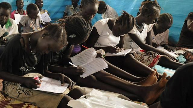 קורבנות התקיפות נאנסות על רקע אתני. נערות לומדות בג'ובה (צילום: רויטרס) (צילום: רויטרס)
